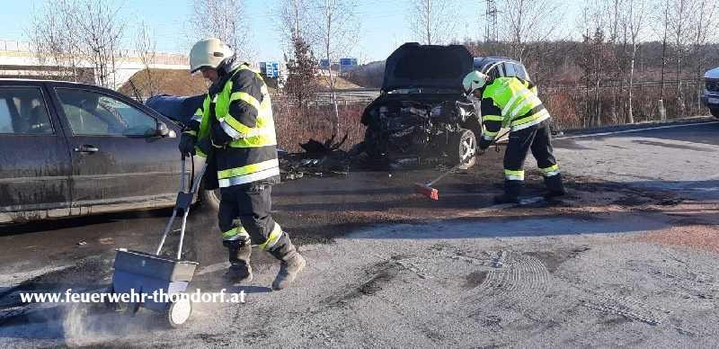 Verkehrsunfall - Person vermutlich eingeklemmt